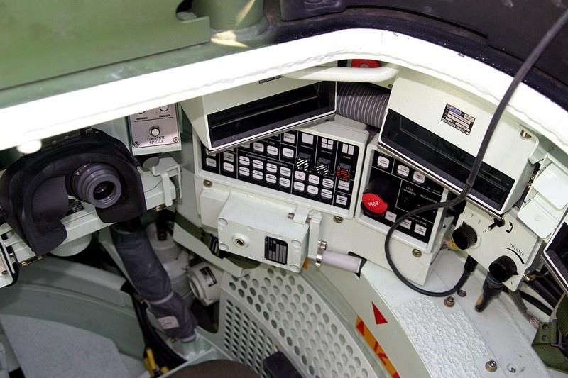 Пост и консоль стрелка в танке Leclerc.