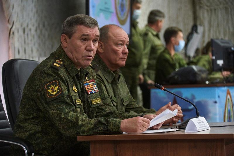Начальник Генштаба Валерий Герасимов и командующий ЮВО Александр Дворников наблюдают за ходом учений.