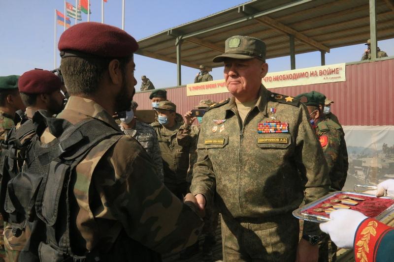Генерал армии А.В. Дворников вручает ведомственные награды Минобороны РФ отличившимся военнослужащим иностранных государств.