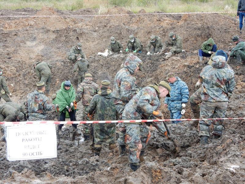 Раскопки, как обычно, велись в нескольких местах в неблагоприятных условиях: повисли дожди, глина развязла.