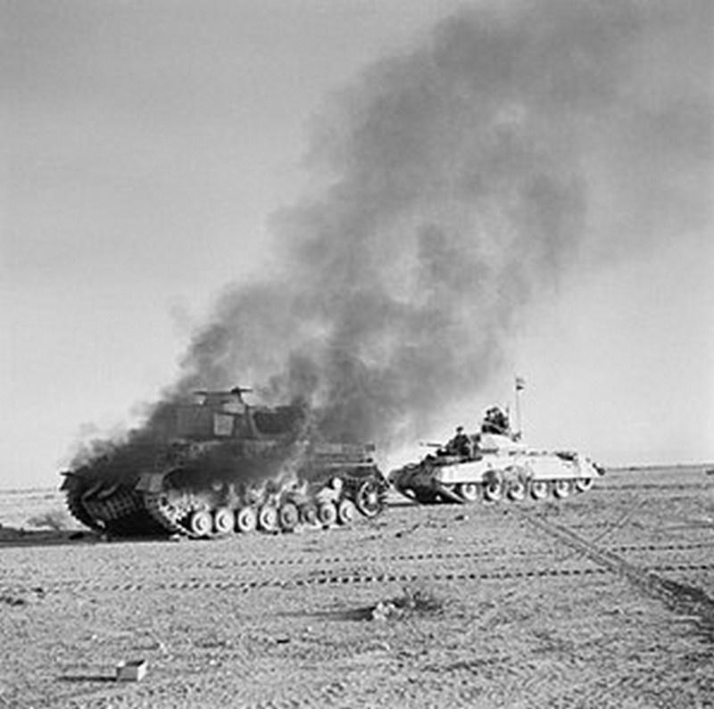 Танковое сражение между британцами и немцами в пустыне возле города Тобрук. 27 ноября 1941 года.