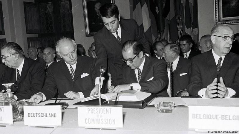 В 1963 году Турецкая республика подписала Договор с ЕЭС, в котором декларируется её право вхождения в это сообщество.