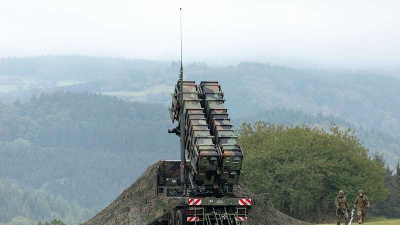 Люфтваффе отрабатывало защиту объекта с воздуха, а подразделения ПВО бундесвера - с использованием ЗРК «Пэтриот» («Patriot») на земле во время учений «Resilient Guard». Авиабаза в Бюхеле, октябрь 2020.