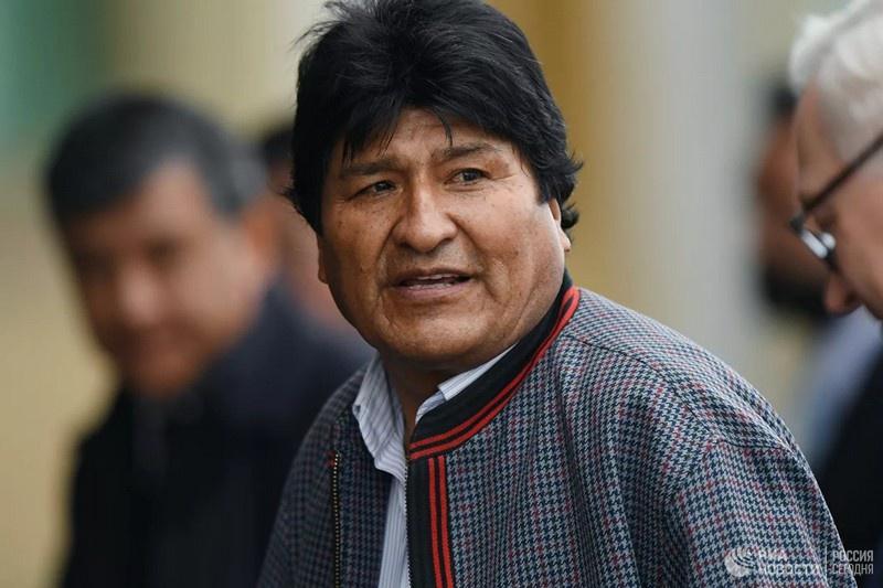 Местная оппозиция при поддержке контролируемой Соединёнными Штатами Организации американских государств и местных военных вынудила Моралеса покинуть Боливию.