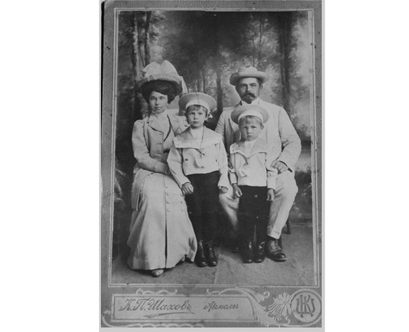 Александр Казанцев с родителями и братом.