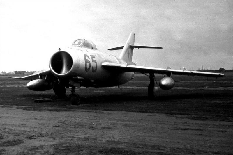 В воздух был поднят МиГ-19, управляемый капитаном Василием Поляковым.