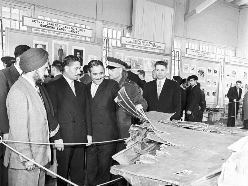 Военные атташе иностранных государств на выставке останков сбитого самолёта в ЦПКиО в мае 1960.