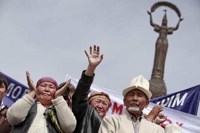 Незадолго до «революции» в Кыргызстане прошла серия массовых протестов против «китайского засилья в экономике» и «преследований Китаем этнических тюрков».