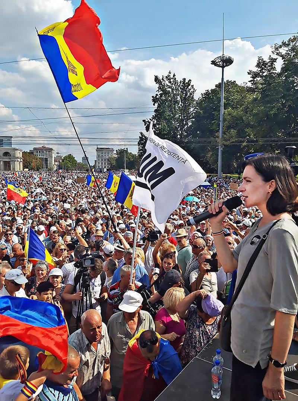 Прозападную кандидатшу в президенты Молдавии Майю Санду танцуют все те, кто её кормит.