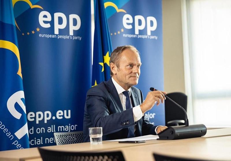 Экс-премьер Польши Дональд Туск, ныне возглавляющий транснациональную «Европейскую народную партию», проявил себя координатором будущих антидодоновских «мирных протестов».