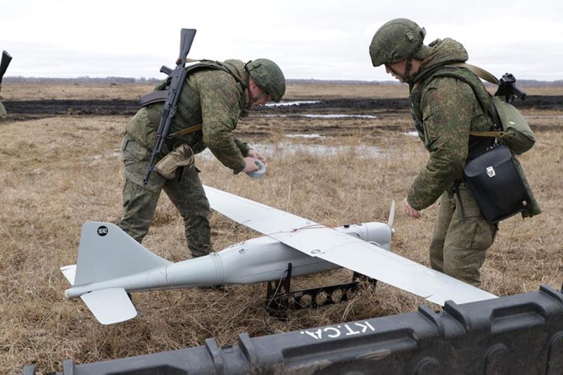 Расчёты беспилотных летательных аппаратов «Орлан-10» обнаружили более сотни замаскированных объектов условного противника.