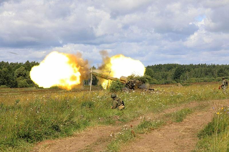 Артиллеристы войскового объединения ведут огонь из крупнокалиберных пушек «Гиацинт».