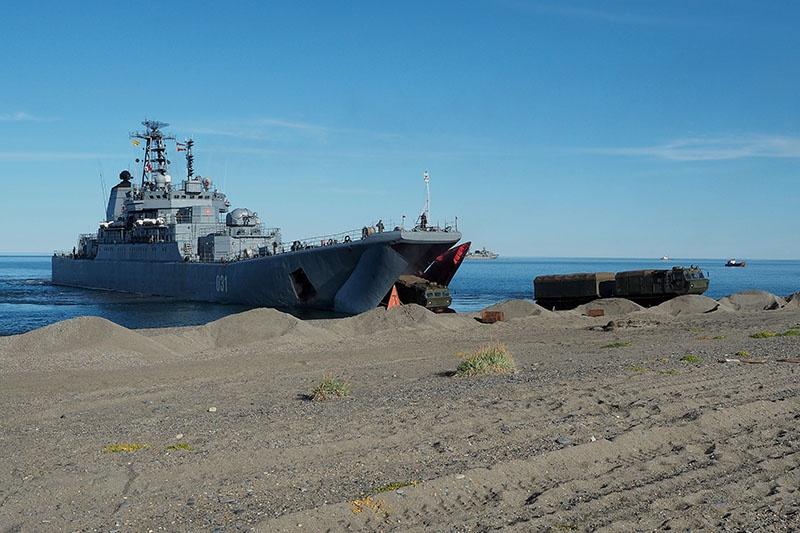 БДК «Александр Отраковский» доставил морских пехотинцев к месту отработки учебно-боевой задачи.