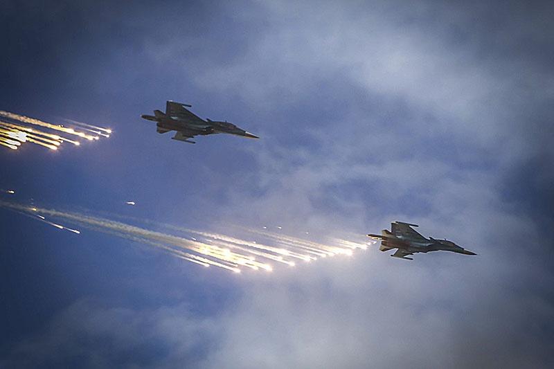 Экипажи истребителей Су-27, бомбардировщиков Су-24М и многоцелевых истребителей Су-30СМ выполнили наиболее сложные упражнения курса боевой подготовки.
