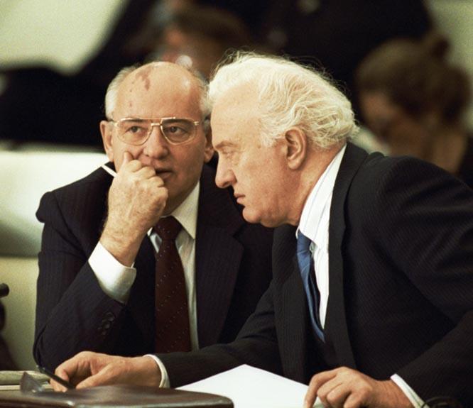 Президент СССР Михаил Горбачёв и министр иностранных дел СССР Эдуард Шеварднадзе без предварительной компетентной проработки вопроса, не советуясь с военными специалистами согласились уничтожить «Оку».