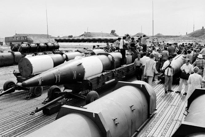 Советские и иностранные корреспонденты во время осмотра ракет, предназначенных для уничтожения. Сарыозек.