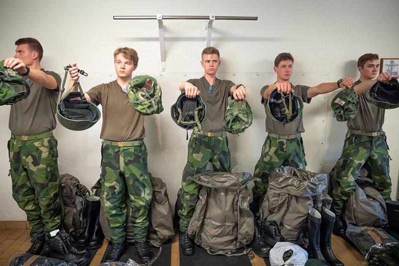 Согласно проекту оборонной стратегии, ориентировочно к 2030 году численность личного состава вооружённых сил Швеции должна будет увеличиться с нынешних 60 тысяч человек до 90 тысяч.