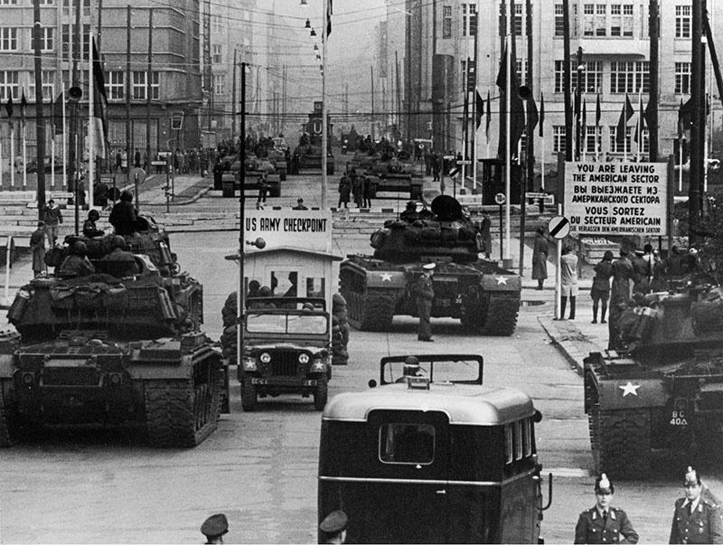 Танковое противостояние в Берлине.