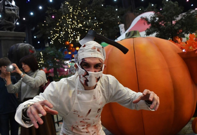 Празднование Хэллоуина в парке «Остров мечты» в Москве.