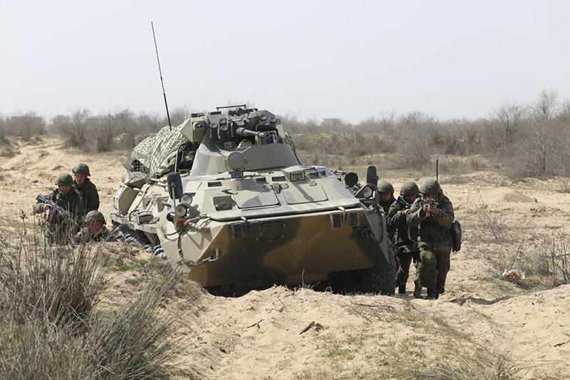 Тактическая группа подразделения антитеррора при огневой поддержке бронетранспортёров БТР-82А окружила и уничтожила отряды условного противника.
