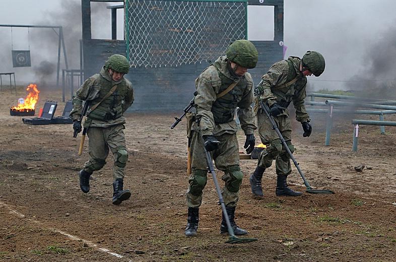 Сапёры проделывают проход в минно-взрывных заграждениях.