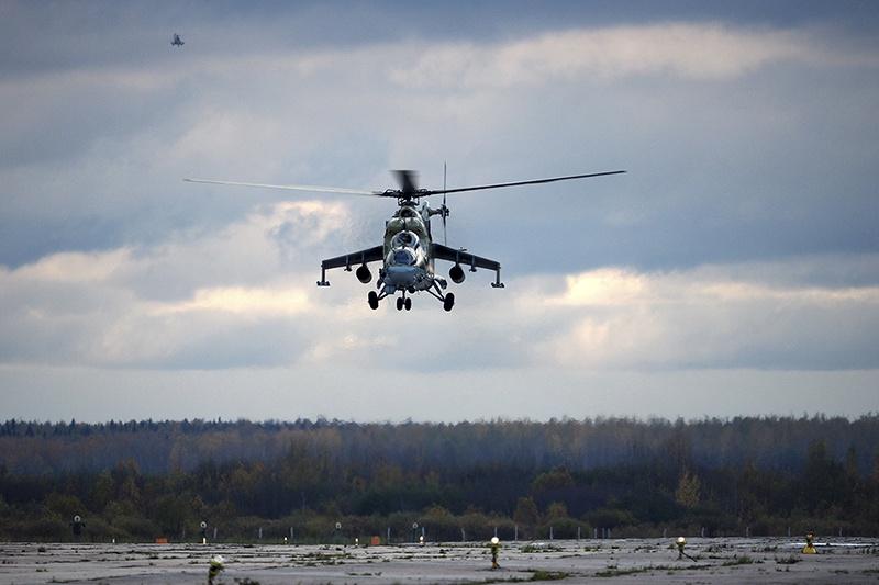 На аэродроме отдельного вертолётного полка Ленинградской армии военно-воздушных сил и противовоздушной обороны Западного военного округа прошли учебно-тренировочные полёты с участием молодых лётчиков.
