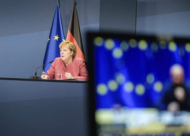 Меркель и её окружение констатируют, что Германия серьёзно дестабилизирована бесконтрольным потоком мигрантов.
