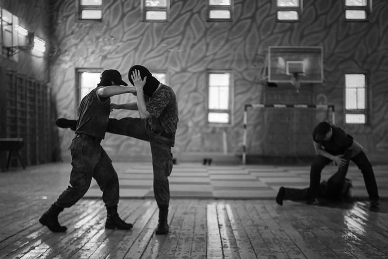 В спортзале курсанты продемонстрировали своё владение боевыми искусствами.