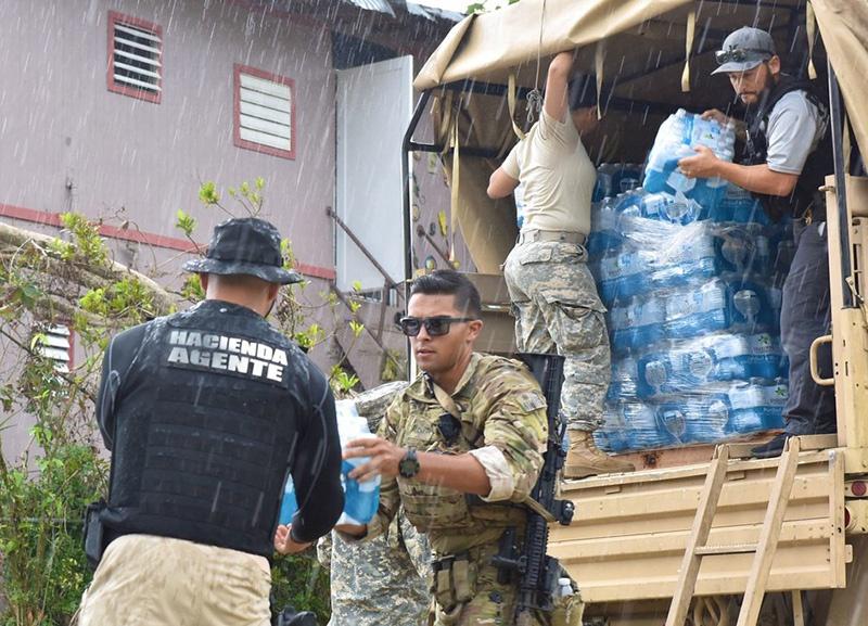 Доставка воды пострадавшим от урагана «Мария».