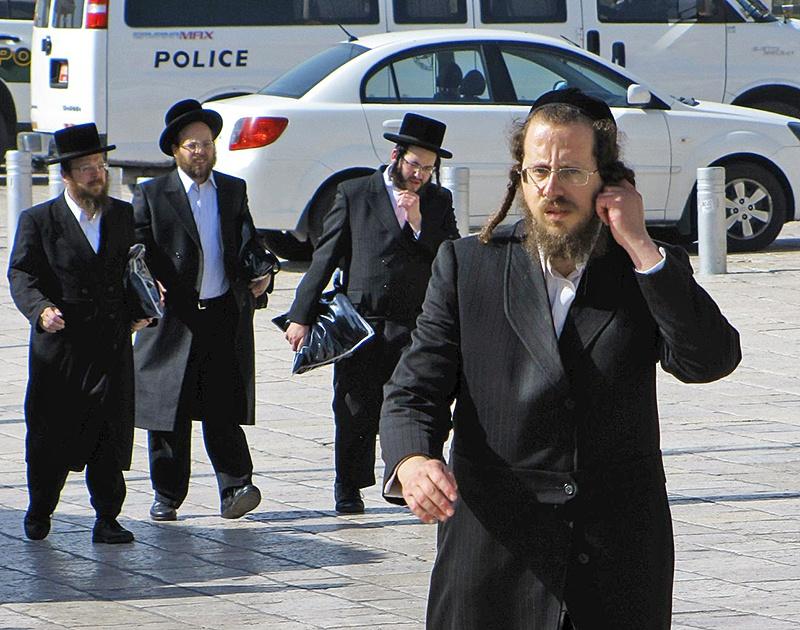 Против практикующих иудаизм леволиберальные глобалисты выступают так же ожесточённо, как и против практикующих ислам или христианство.