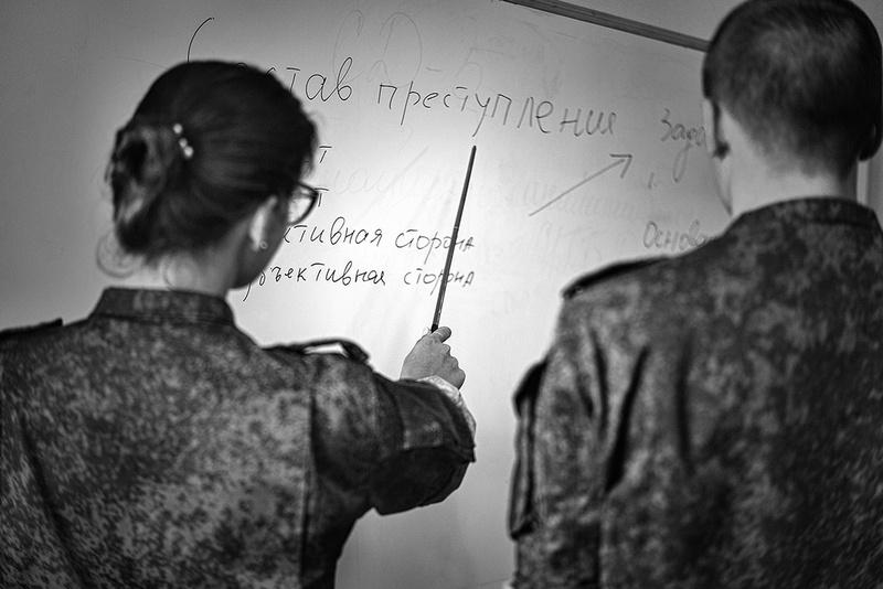 Наряду с парнями, на факультете обучается много девушек.