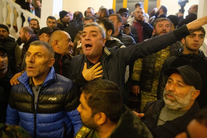 Участники акции протеста в одном из залов в здании парламента Армении в Ереване.