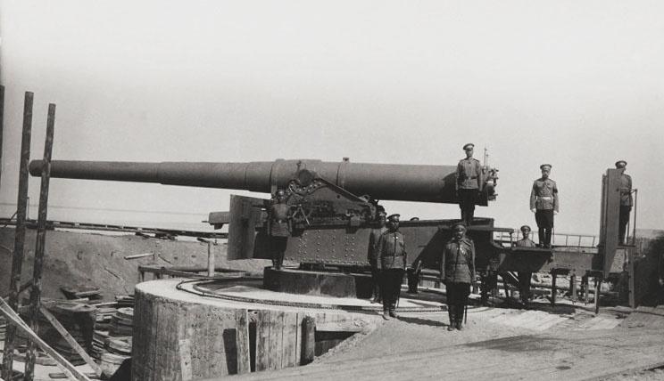 Лишь одна врангелевская батарея на две 10-дюймовые пушки стояла в неглубоких земляных окопах.