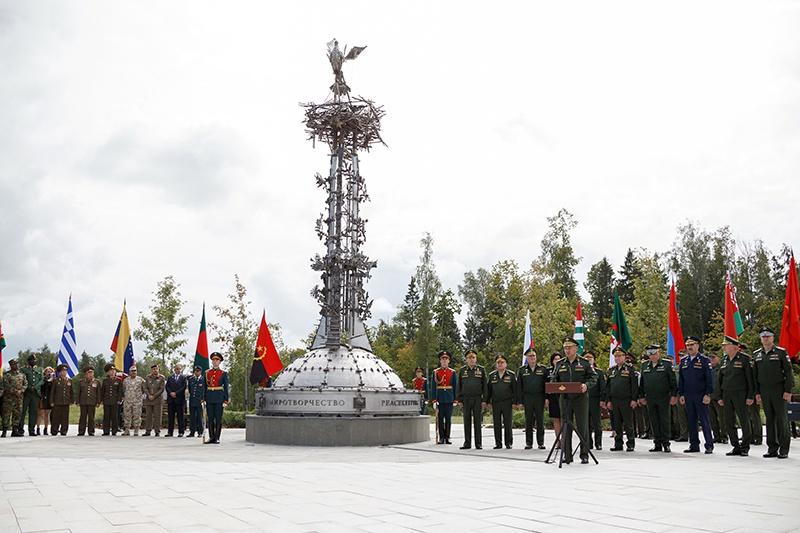 Министр обороны Российской Федерации генерал армии Сергей Шойгу на открытии памятника миротворцам в парке «Патриот».