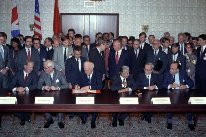 При подписание Договора об окончательном урегулировании в отношении Германии Михаилу Горбачёву обещали не продвигать НАТО к границам России.