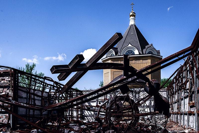 Провалившийся в алтарную часть старой церкви крест - вечное напоминание о том, что несут киевские нацисты Донбассу.