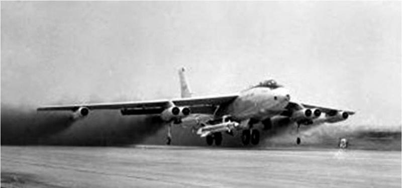 Бомбардировщик Boeing B-47 Stratojet на взлёте с ракетой BoldOrion на борту.