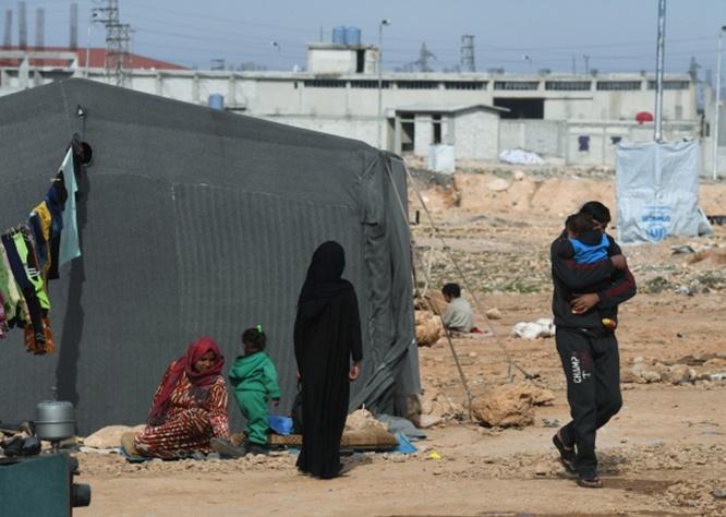 Сирийские беженцы из района Пальмиры в палаточном лагере в пригороде Хомса.