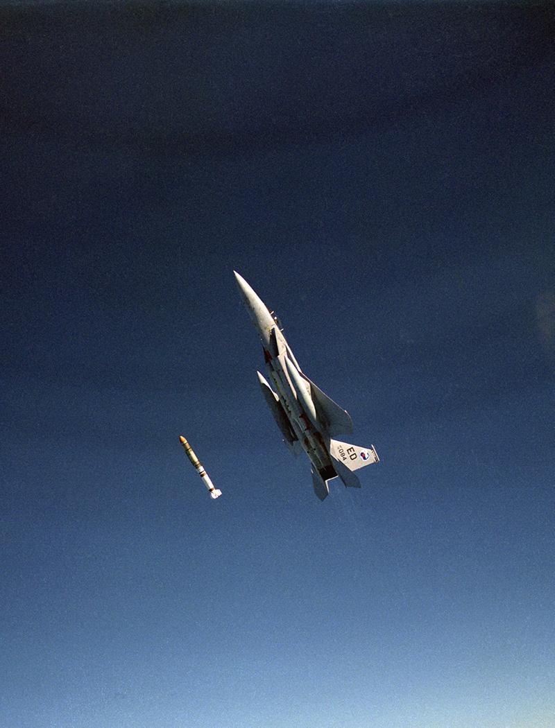 F-15 Eagle запускает противоспутниковую ракету ASM-135 ASAT во время испытания 13 сентября 1985 года на Тихоокеанском ракетном полигоне.