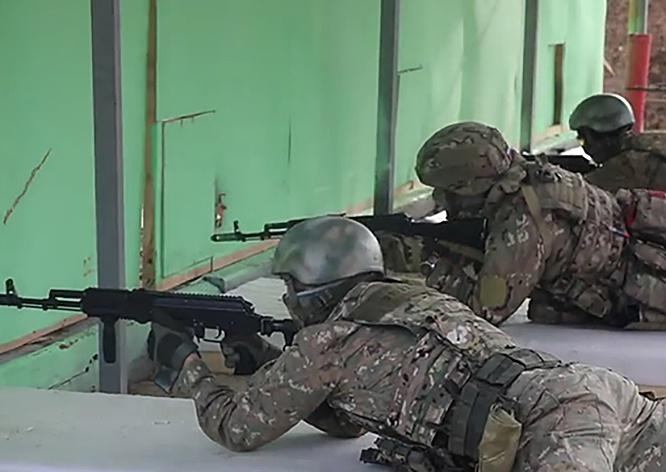 На учебных местах военнослужащие учились наносить огневое поражение из автоматов АК-74М из-за укрытий на различных дистанциях.