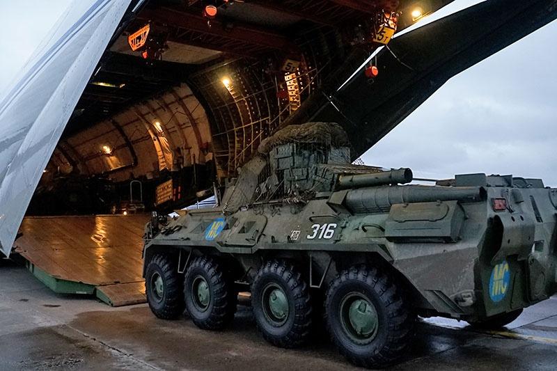 Ан-124 появился на свет как военно-транспортный самолёт для перевозки тяжёлого вооружения, включая боевые танки, боевые бронированные гусеничные и колесные машины.