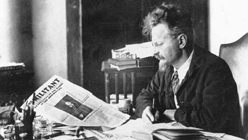 Лев Троцкий в своём кабинете.