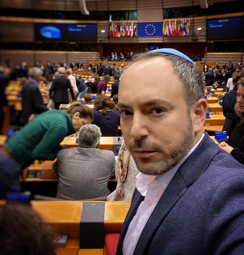 Селфи нового члена Европейского парламента в зале заседаний.