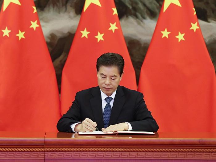 Министр торговли Чжун Шань подписал ВРЭП от имени правительства Китая.