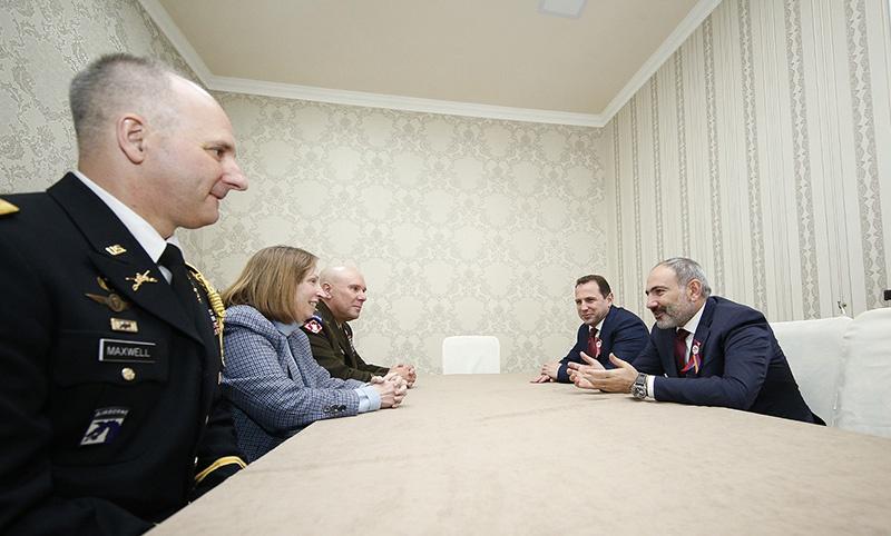 Посол США в Армении Линн Трейси и генерал-майор Ли Тафанелли на встрече с премьер-министром Николом Пашиняном.