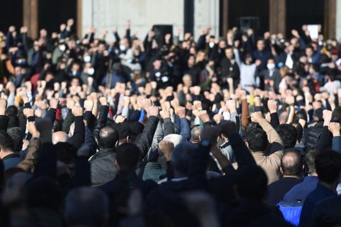 Участники митинга оппозиции на площади Свободы в Ереване требуют отставки Никола Пашиняна.