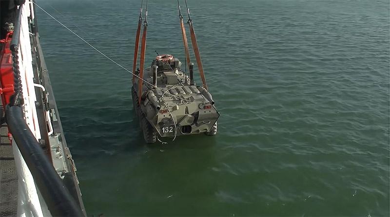 Эти плавсредства могут спустить десант прямо на воду вместе со всей бронетехникой.