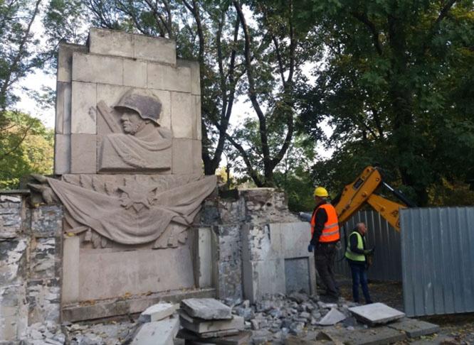 Снос памятника Благодарности солдатам Красной Армии, павшим в ходе боевых действий времен Великой Отечественной войны, в Скарышевском парке Варшавы.