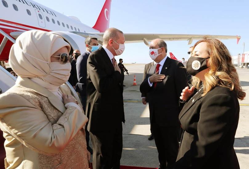 Президент самопровозглашённой Турецкой республики Северного Кипра (ТРСК) Эрсин Татар встречает высокую делегацию.