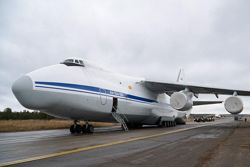 Самолёт Ан-124 «Руслан» ВТА России доставил на аэродром Еревана бронетехнику и личный состав подразделений 15-й миротворческой бригады.